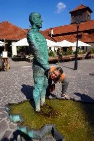 Bebiendo Piss Sculpture