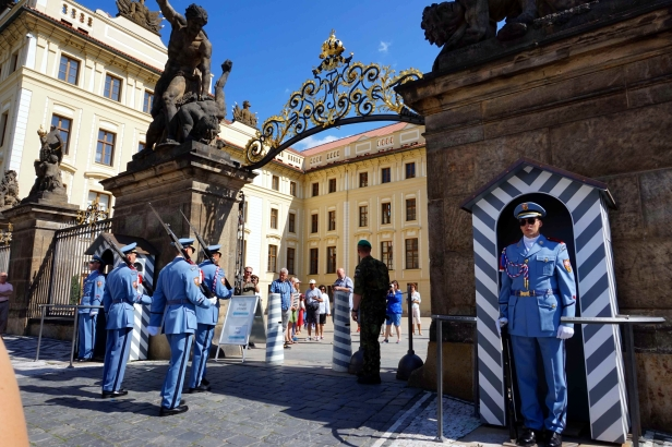 Cambio centinelas Castillo Praga.JPG