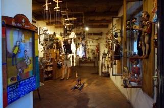interior tienda marionetas